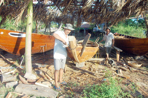 Đóng thuyền ở làng mộc Kim Bồng