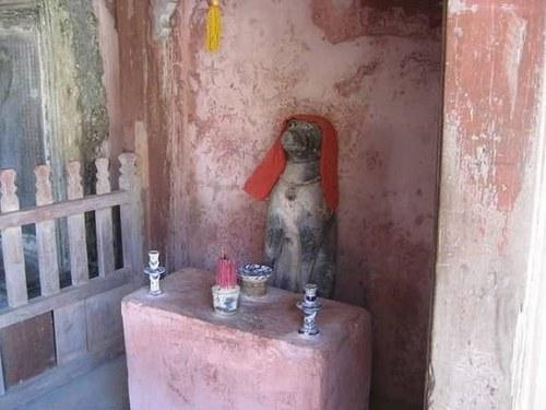 Một trong 2 linh vật ở chùa Cầu
