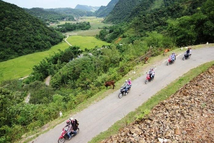Du khách đến với thung lũng Lũng Vân