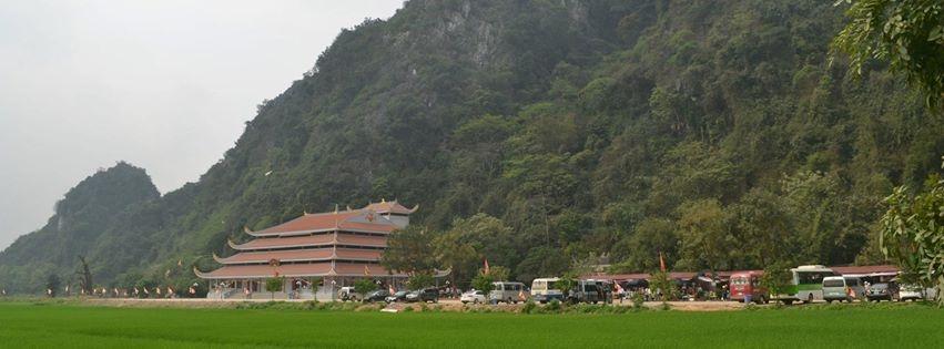 Chùa Tiên tựa mình vào núi xanh