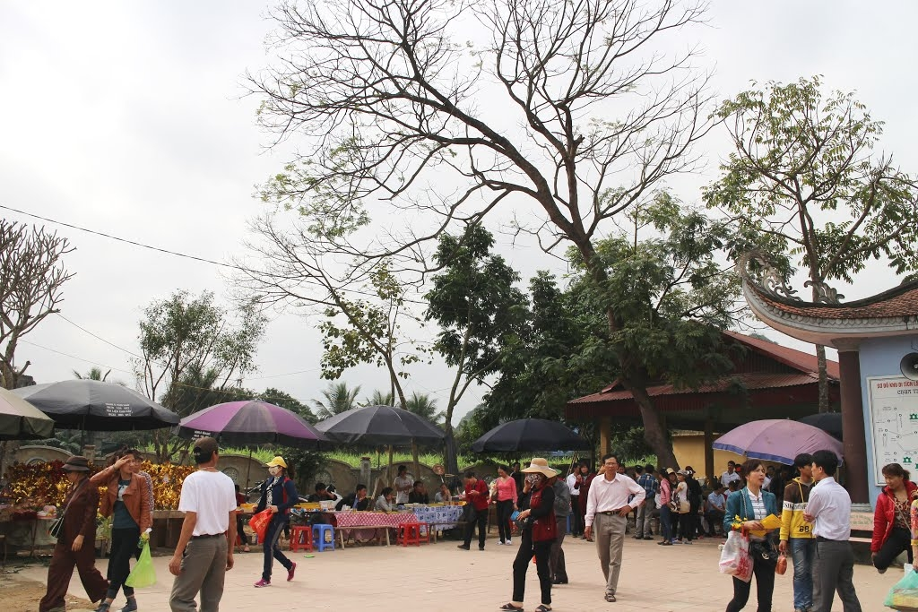 Du khách đến với lễ hội chùa Tiên mỗi năm mỗi đông hơn