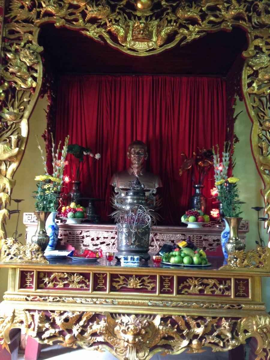 Bàn thờ cụ Hồ Chí Mình bên trong di tích nhà máy in tiền đầu tiên Chi Nê