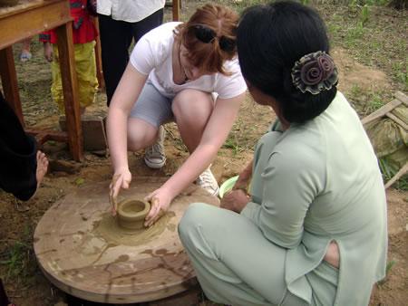 Du khách ở làng gốm Thanh Hà
