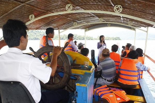 Ngắm cảnh bằng thuyền trên hồ Phú Ninh